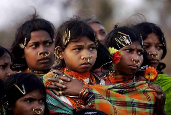 인도 동부지역에 거주하는 원주민들이 제사를 지켜보는 장면. 2012년에 촬영됐다. 8000여명의 원주민들이 신성시 여기는 언덕이 영국 업체의 광산 개발로 사라질 위기에 놓였다. [AP=연합뉴스]