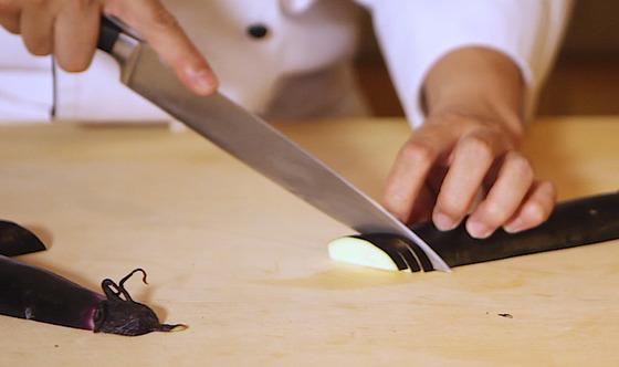 찜이나 조림용은 세로로 이등분한 후 잘라 반원 모양으로잘라 사용한다.송현호 인턴기자