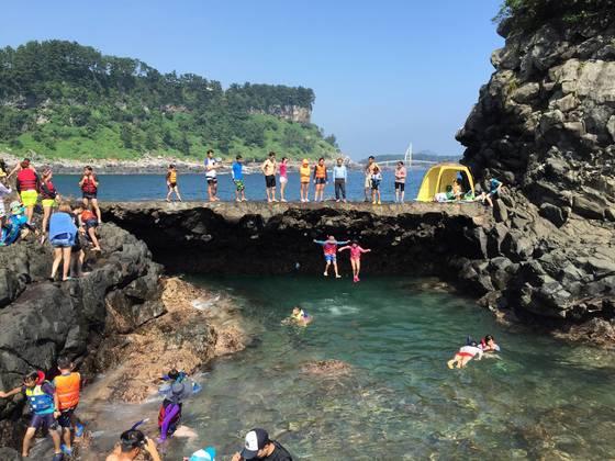제주도 서귀포시 황우지해안을 찾은 관광객들이 물놀이를 하고 있다.[사진 제주관광공사]