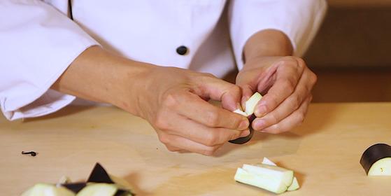 한국식가지나물은 손으로 찢어 사용하는데 생가지를 바로 자르면 끊어진다. 찐 후 찢는다.송현호 인턴기자