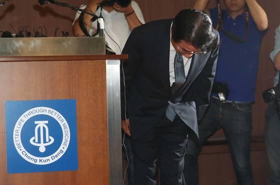 운전기사에 폭언으로 물의를 빚은 이장한 종근당 회장이 14일 서울 충정로 종근당 본사 대강당에서 공식 사과문을 발표한 뒤 고개를 숙이고 있다. 김상선 기자