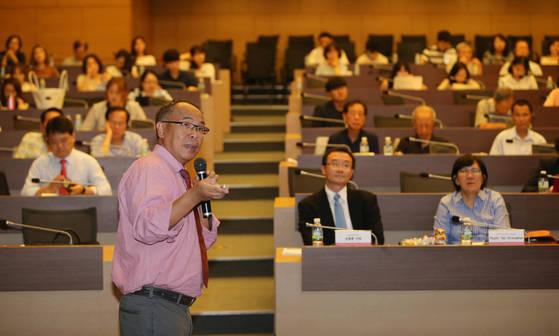 13일 서울 대한상공회의소에서 본지 주최로 열린 '동아시아 4개국 저출산 정책 국제 포럼'에서 폴 입 홍콩대 교수가 발표하고 있다. 객석 앞줄에서 김종훈 보사연 단장, 스트라우콴 싱가포르 경영대 교수(왼쪽부터)가 발표를 듣고 있다. 이날 포럼에선 한국·홍콩·대만·싱가포르의 저출산 문제가 논의됐다. [신인섭 기자]