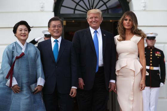 지난달 열린 한미정상회담에서 백악관 환영 만찬에 참석한 김정숙 여사(왼쪽)가 한산모시로 만든 한복을 입고 있다. [중앙포토]