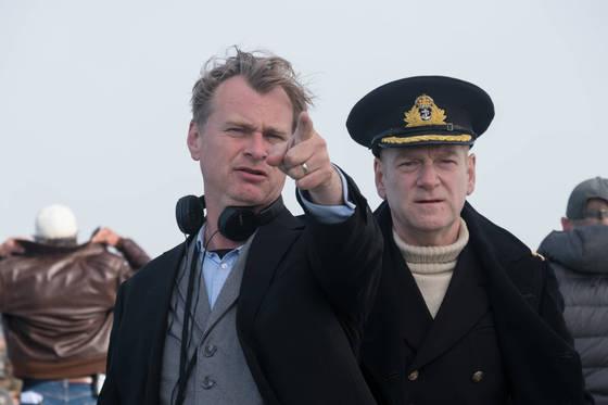 덩케르크 해안에서 연출 중인크리스토퍼 놀런 감독(왼쪽)과 배우 케네스 브래너.