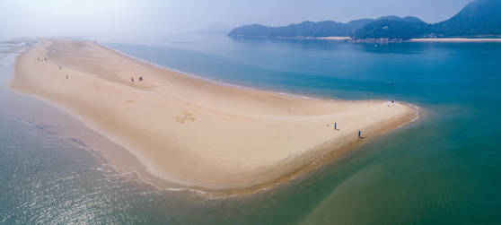 썰물때만 모습을 드러내는 인천시 옹진군 대이작도 앞의 '풀등 모래섬' [사진 인천관광공사]