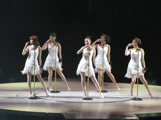 캐나다 밴쿠버에서 열린 조나스 브라더스의 콘서트에 게스트로 출연한 원더걸스.[사진 JYP]