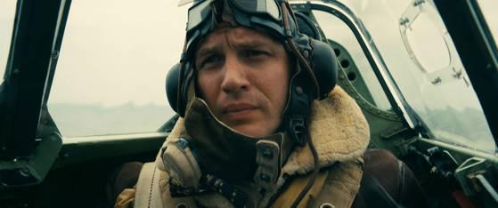 영국 왕립공군(RAF)의 스핏파이어 전투기 조종사 파리어를 연기한 톰 하디. 실제 하디의 할아버지는 덩케르크 철수 작전 당시 현장에 있었다.