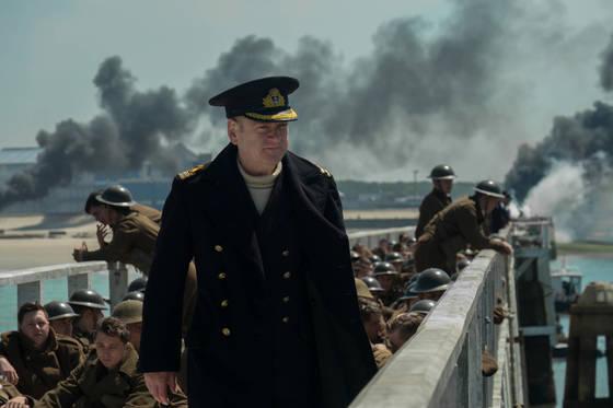 덩케르크 해변을 사수하는 냉철한해군 사령관 볼튼(케네스 브래너). 감독 겸 배우로 유명한 케네스 브래너는 이번 영화에서 놀런 감독과 처음 만났다.