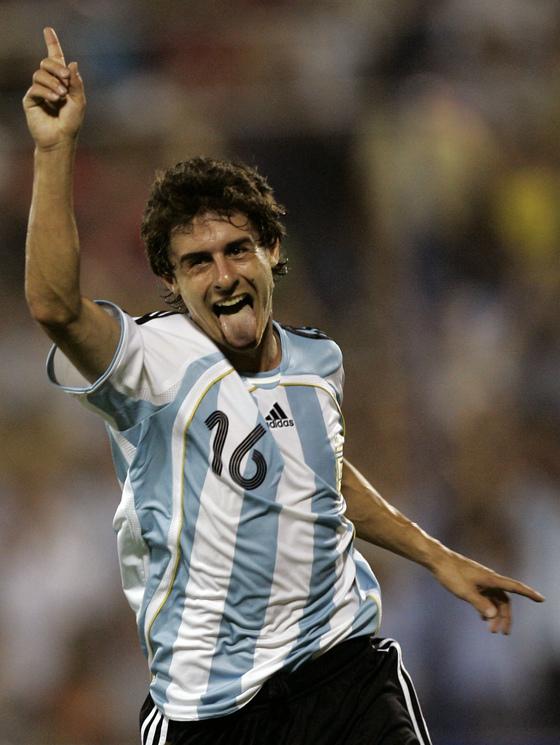 Venezuela Soccer Copa Americ]Argentina`s Pablo Aimar celebrates after scoring against U.S. during a Copa America Group C soccer game in Maracaibo, Venezuela, Thursday, June 28, 2007.[AP]29일 베네수엘라 마라카이보에서 열린 코파 아메리카 C조 1차전에서 아르헨티나의 파블로 아이마르가 미국을 상대로 팀의 세 번째 골을 넣은뒤 혀를 내밀며 기뻐하고 있다.[마라카이보 AP=연합뉴스]