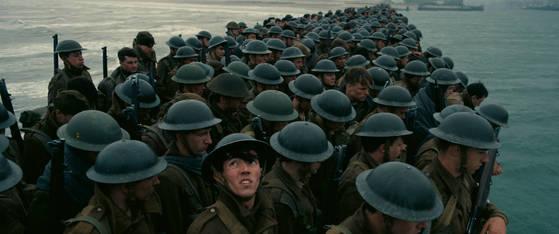 """크리스토퍼 놀런 감독의 새 영화 '덩케르크'는 놀런 감독 최초의 전쟁 실화 영화다. 감독은 """"전쟁터에 있지 말았어야 할 18세 아이들의 이야기""""라고 소개했다. 영화는 '덩케르크 철수 작전'이 실제 일어난 역사 현장에서 촬영했다. [사진 워너브라더스 코리아]"""