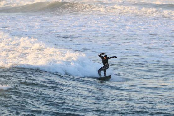 서퍼들의 천국으로 불리는 강원도 양양군 죽도 해변에서 한 서퍼가 파도를 가로지르며 서핑을 즐기고 있다.[사진 양양군]