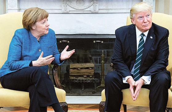트럼프 대통령과 메르켈 총리. 트럼프는 메르켈의 악수 요청을 받아들이지 않았다. [AP=뉴시스]