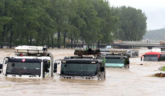 16일 내린 집중폭우로 충북 증평 보강천 하상 주차장이 물에 잠겼다. 이 비로 차량 57대가 침수되거나 유실됐다. [사진 증평군청]