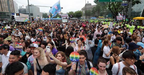 성소수자 축제인 제18회 퀴어문화축제와 퍼레이드가 15일 서울광장과 을지로·종로 일대에서 열렸다. 축제 참가자들이 행진하고 있다. 강정현 기자