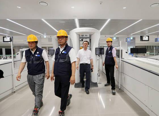 인천공항 제2터미널에 설치된 원형검색기를인천공항공사 관계자들이 지나가고 있다.[사진 연합뉴스]