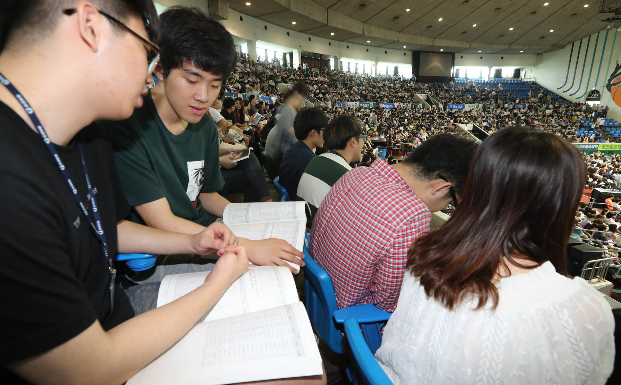 설명회에 참석한 김병수, 이지훈(왼쪽부터) 군이 자료를 살펴보고 있다. 신인섭 기자