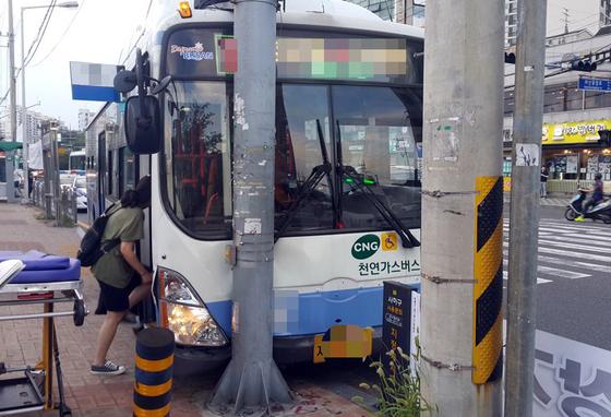 15일 오후 7시쯤 부산 사하구 신평동 지하철역 신평역 인근 도로에서 시내버스가 차선을 벗어나 신호등 기둥과 충돌한 모습. 이번 사고는 당시 버스 기사가 가슴 통증을 호소해 제대로 운전을 하지 못해 발생한 것으로 알려졌다. [사진 부산 사하경찰서]