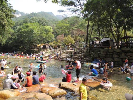 여름철 국립공원 내에서 탐방객들이 물놀이하는 모습 [사진 국립공원관리공단]
