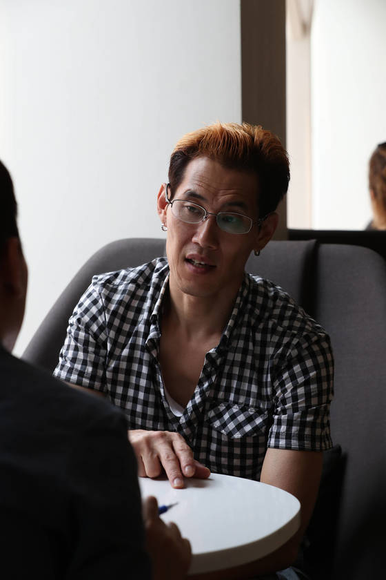 미국에 입양됐다가 추방돼 다시 한국에 돌아온 한호규씨가 인터뷰를 하고 있다. 우상조 기자