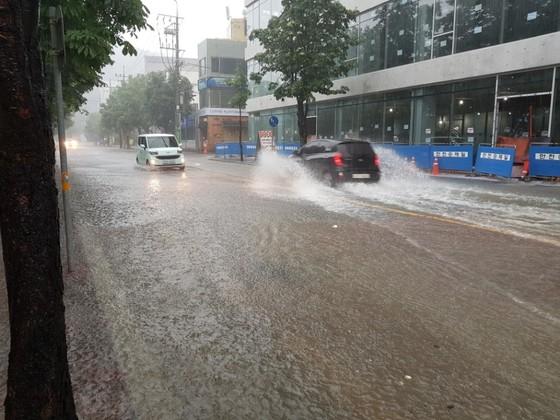 16일 오전 충북 청주에 시간당 90㎜가 넘는 폭우가 쏟아지면서청주 시내 도로 곳곳이물에 잠겼다. 최종권 기자
