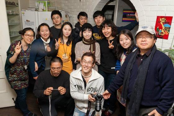 한호규씨가 시민단체'뿌리의집'사람들과 함께 어울리고 있다. [사진 한호규씨 페이스북]