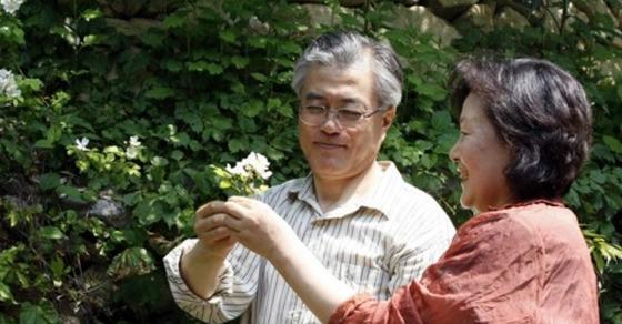 문재인 대통령과 김정숙 여사가 경남 양산 사저에서 한가로운 시간을 보내는 모습