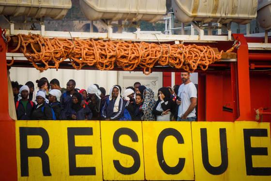 지난 14일 '국경없는 의사회' 선박에 의해 지중해상에서 구조된 난민들이 이탈리아 항구도시 살레르노 입항을 기다리고 있다. 이 선박엔 구조된 난민 935명이 탑승했다. [AP=연합뉴스]