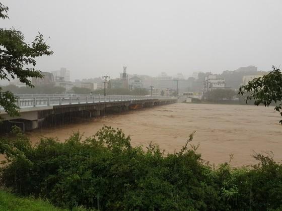 16일 오전 충북 청주에 시간당 90㎜가 넘는 폭우가 쏟아지면서 무심천 하상도로가 물에 잠겼다. 최종권 기자