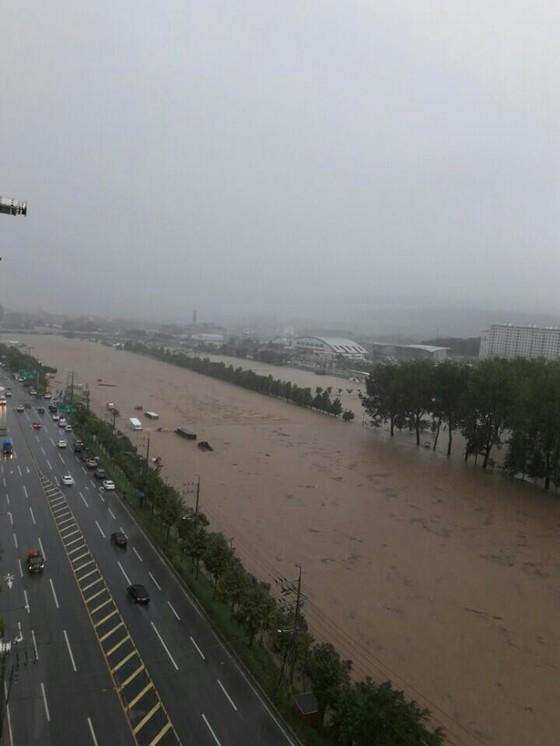 16일 오전 충북 청주에 시간당 90㎜가 넘는 폭우가 쏟아지면서청주시 무심천 하상도로가 물에 잠기면서 차량 침수 피해가 잇따르고 있다. [사진 독자제공]