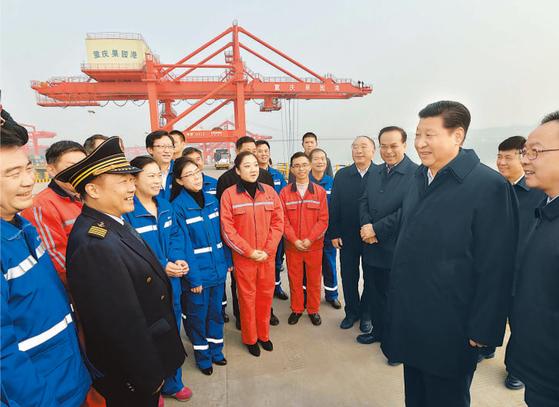 시진핑 중국 국가주석이 2016년 1월 초 새해 첫 시찰지로 충칭을 방문하면서 전국에서 발전 속도가 가장 빠른 충칭을 칭찬했다. 당시 쑨정차이(시 주석 왼쪽)가 바로 옆에서 수행했다.같은 해 3월 전국인민대표대회(전인대) 폐막식에선 시 주석이 오직 쑨 서기와만 악수를 하는 장면이 포착되기도 했다.사진은 두 사람이 창장(長江) 내륙항인 궈위안 항구 방문 당시 모습이다. [사진 인민일보]