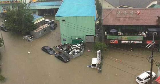 16일 시간당 90㎜가 넘는 폭우로 청주의 도심 저지대 곳곳이 물에 잠겼다. [연합뉴스]