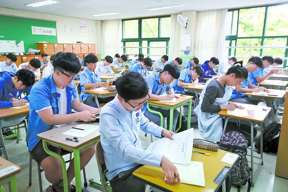 서울 경복고 학생들이 지난달 1일 2018학년도 수능 6월 모의평가를 치르고 있다. [중앙포토]