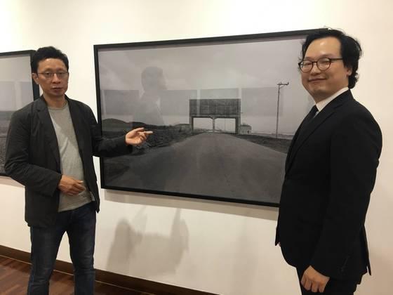 올해의 동강사진상 수상자인 정동석씨의 '반(反) 풍경' 앞에서 미술평론가 박영택(왼쪽)씨와 대리 수상자인 아들 정태혁씨가 작품을 설명하고 있다. 아래사진은 정동석씨. 암 투병중이어서 시상식에 불참했다.
