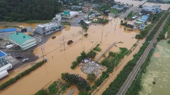 청주에 22년 만에 최악의 폭우가 내린 16일 흥덕구 강내면과 미호천 일대가 물에 잠겨 있다.[연합뉴스]