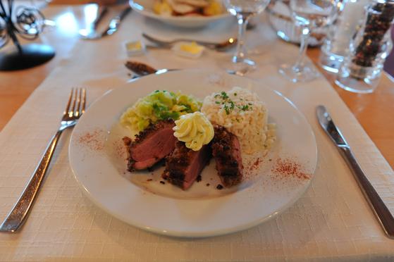 호텔 레스토랑에서 먹은 저녁식사의 메인요리. 객실 요금에 4코스 정찬과 조식이 포함돼 있다. 맛도 좋은 편이지만 맛보다 적막한 분위기가 더 기억에 남는다.