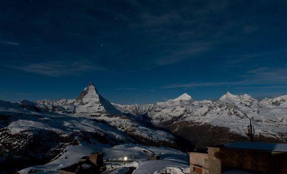 자정 무렵 호텔 창밖 풍경. 이날은 달이 밝아 하늘을 수놓은 별을 보지 못했다.