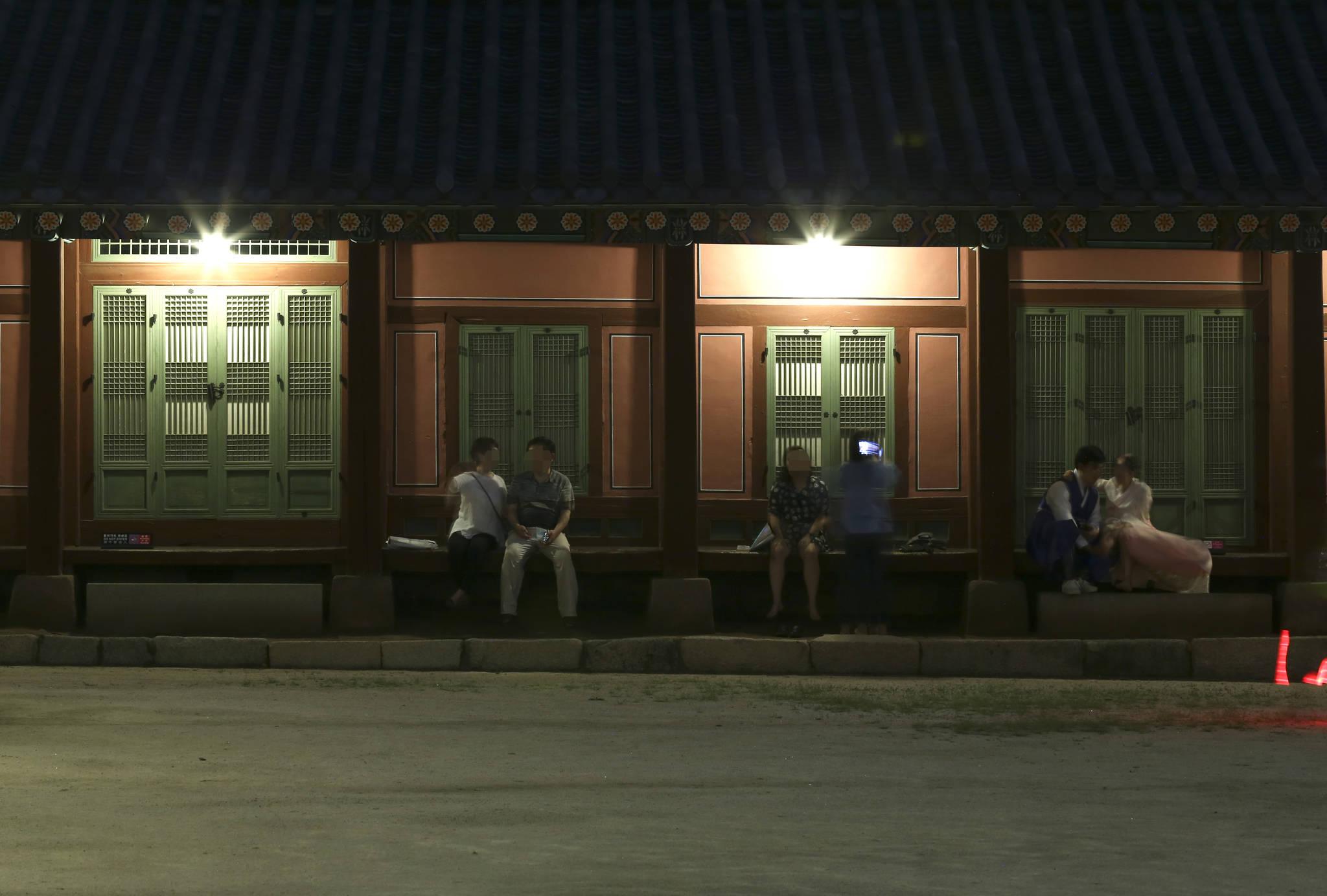 관람객들이 마루에 앉아 이야기를 하고 있다. 임현동 기자