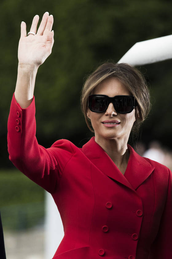 디올의 수트를 입고 파리를 방문한 멜라니아 트럼프 [AP=연합뉴스]