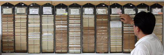 홀트아동복지회 직원이 해외로 입양될 아이들의 기록카드를 살펴보고 있다. [중앙포토]