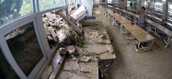 오전 쏟아진 폭우로 충북 청주시 중앙여고 주변의 옹벽이 무너지면서 토사가 급식실 내부로 밀려 들어왔다. 피해가 발생한 이 지역 일부 학교들은 오늘(17일) 단축 수업 또는 휴교를 결정했다. [프리랜서 김성태]