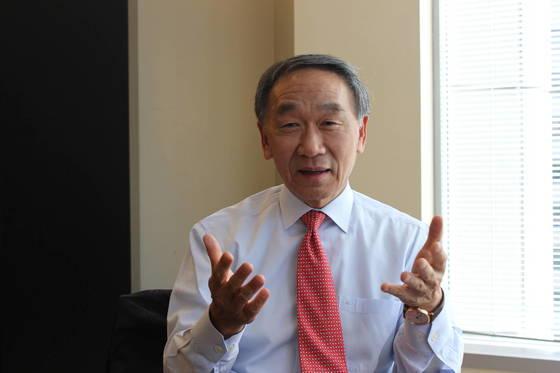 김석한 변호사는 지난 2015년 4월 미국 워싱턴의 아널드앤포터 사무실에서 본지와의 인터뷰를 통해 미국 정부의 무역 정책을 설명했다.[중앙포토]