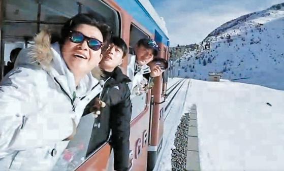 김성주·안정환·김용만씨 등 '갱춘기' 남성 방송인들이 스위스 리기산을 오르는 기차에서 바깥 경치를 감상하고 있다. 이 장면은 지난 2월 JTBC '뭉쳐야 뜬다' 13회분에서 방영됐다. [사진 JTBC]