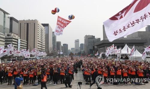전국공무원노동조합 조합원들이 지난 3월 서울 광화문광장에서 열린 노조 설립 15주년 기념식에서 구호를 외치는 모습. [연합뉴스]