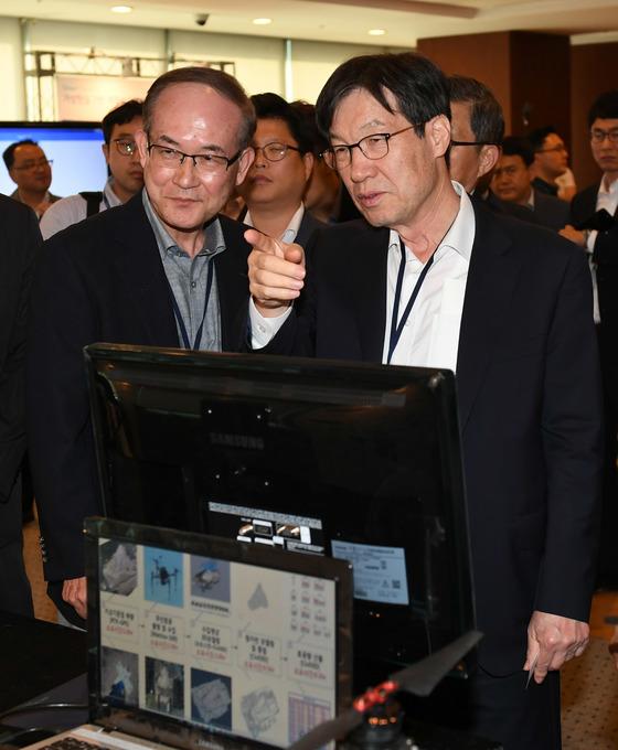 권오준 포스코 회장(오른쪽)이 19일 서울 강남구 포스코센터에서 열린 '스마트 포스코 포럼 2017'에서 설명을 듣고 있다. [사진 포스코]