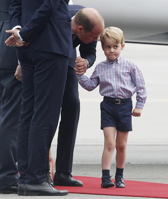 지난 17일 폴란드 바르샤바의 쇼팽국제공항에 도착한 조지 왕자(오른쪽)와 아버지 윌리엄 영국 왕세손. [연합뉴스]