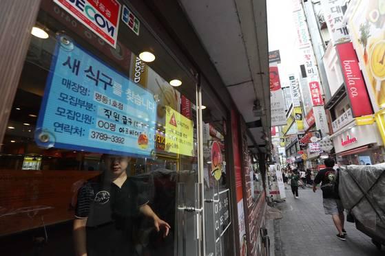 2018년 최저임금이 결정된 17일 서울 명동의 한 음식점에 구인 안내문이 걸려있다. [중앙포토]