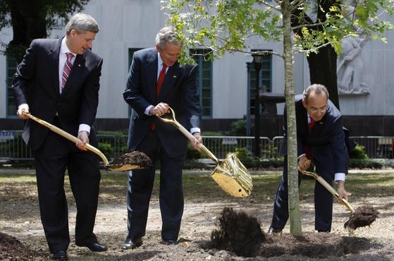 2008년 4월 미국 루이지애나주 뉴올리언스에서 북미자유무역협정(NAFTA)회원국 정상회담이 열렸다. 당시 스티븐 하퍼 캐나다 총리 (왼쪽) 와 조지 W 부시 미국 대통령 (가운데), 펠리페 칼데론 멕시코 대통령 (오른쪽)이 기념식수를 하고 있다.