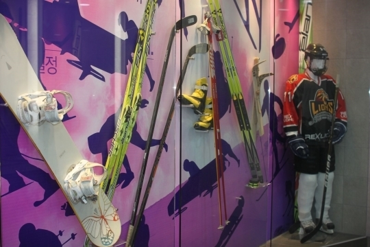 평창휴게소 여자 화장실 안에 있는 겨울올림픽 장비 전시관.