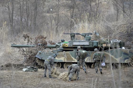 한ㆍ미 연합훈련인 키리졸브 연습과 독수리 훈련 기간 중인 지난 3월 7일 오후 파주시 접경지역에서 육군이 전투훈련 준비를 하고 있다.  [중앙포토]