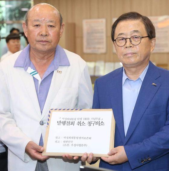 남유진 구미시장(오른쪽)이 18일 전병억 회장과 함께 서울행정법원에 소장을 냈다. [사진 구미시]